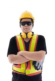 Muratore maschio con l'attrezzatura di sicurezza standard della costruzione isolata