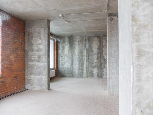 Muri di cemento e mattoni nell'appartamento per la riparazione