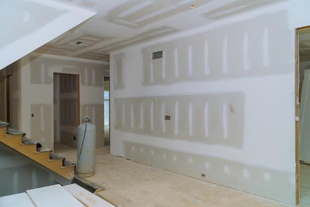 Muro a secco interno di nuova costruzione edilizia e dettagli di finitura