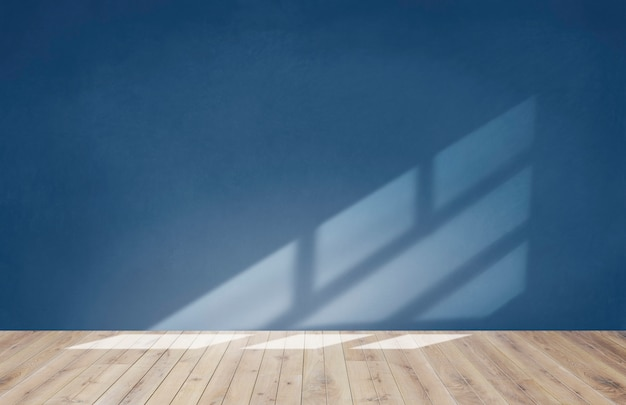 Muro blu in una stanza vuota con pavimento in legno