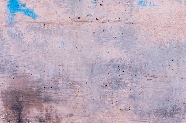 Muro di cemento grezzo con tratti pennello e vernice