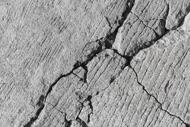 Muro di cemento grigio incrinato