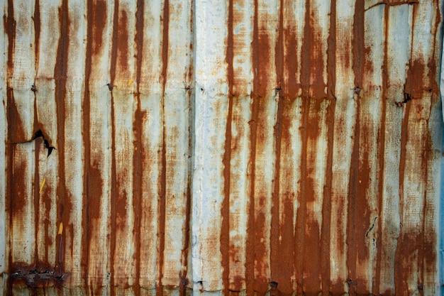 Muro di lamiera di zinco corrugato bianco arrugginito.