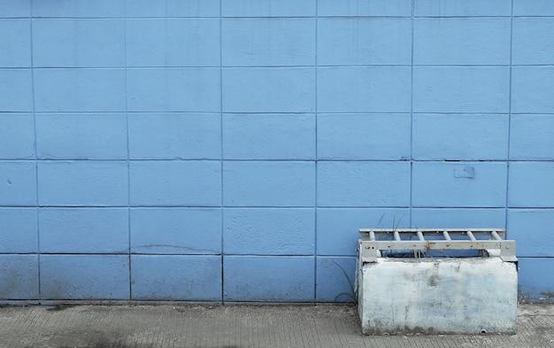 Muro di mattoni blu con un vaso