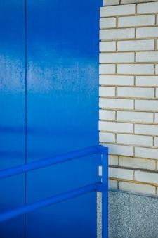 Muro di mattoni con binario