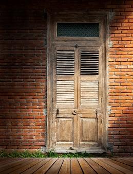 Muro di mattoni con porta in legno