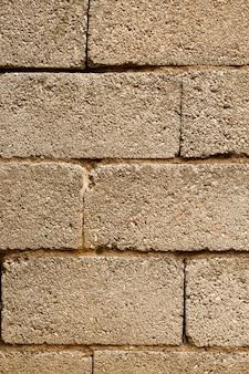 Muro di mattoni con superficie in calcestruzzo