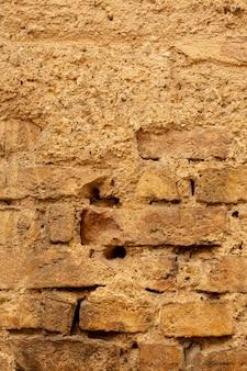 Muro di mattoni invecchiato con cemento