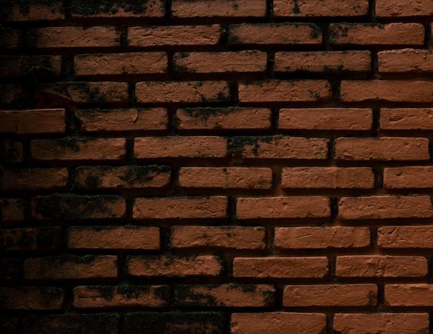Muro di mattoni marrone che è vecchio e incrinato