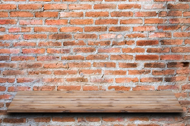 Muro di mattoni marrone impilati con ripiano in legno