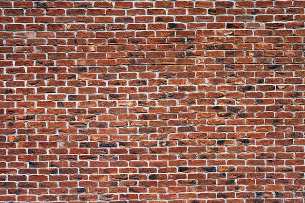 Muro di mattoni rossi. la facciata dell'edificio con nuovo intonaco. muratura. sfondo. struttura.