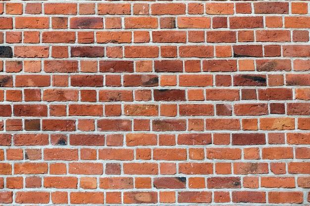 Muro di mattoni solido marrone-rosso stagionato della vecchia annata naturale. copia spazio astratto.