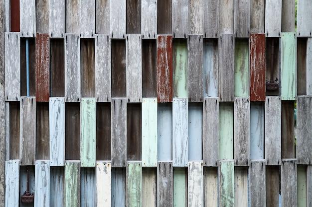 Muro di pallets in legno riciclato.