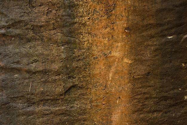 Muro di pietra marrone e arancio