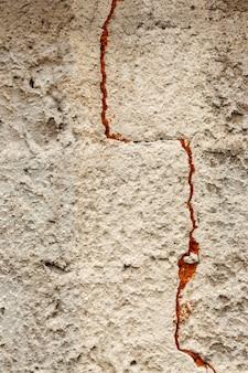 Muro di superficie in cemento con crepa