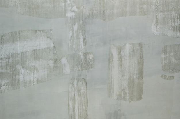 Muro in vernice bianca durante la riparazione.