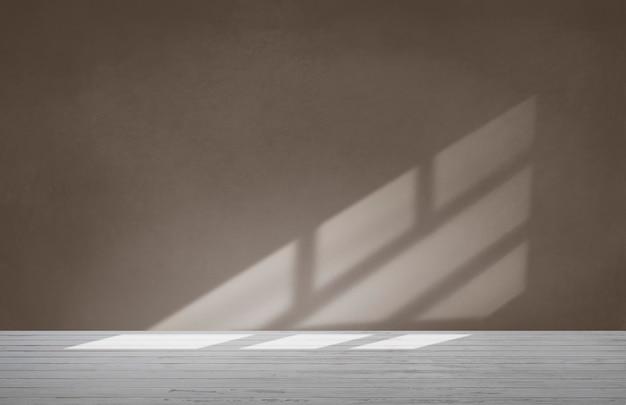 Muro marrone in una stanza vuota con pavimento in cemento
