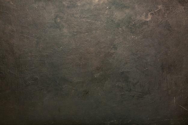 Muro scuro. posto di lavoro vuoto, di fronte a un pacchetto astratto.