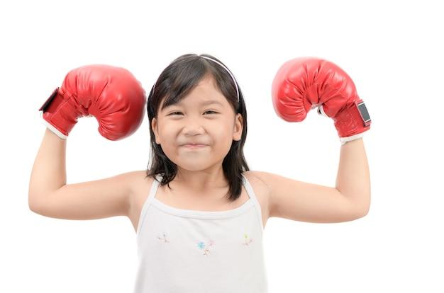 Muscolo felice di manifestazione di pugilato del bambino isolato