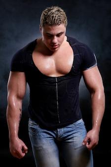 Muscoloso e giovane uomo