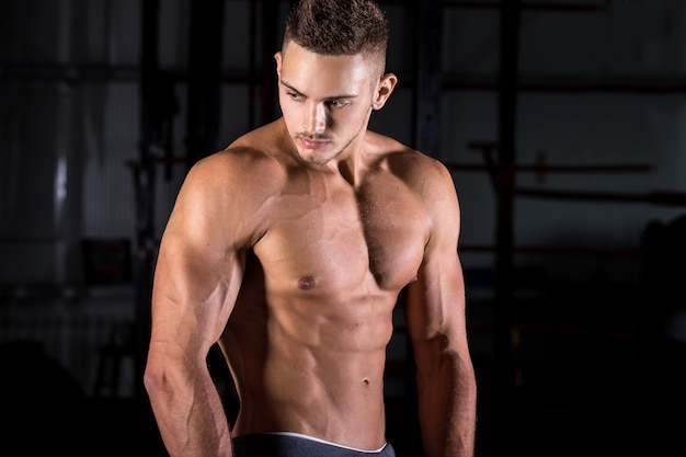 Muscoloso uomo che presentano