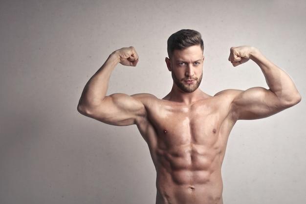Muscoloso uomo sportivo