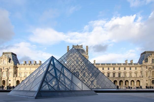 Museo del louvre a parigi