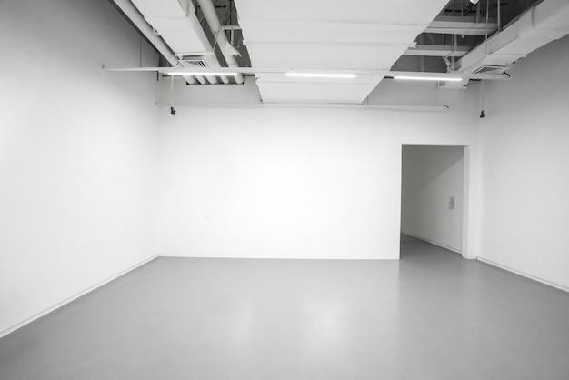 Museo di arte moderna. spazio interno della galleria vuota, pareti bianche e pavimenti grigi