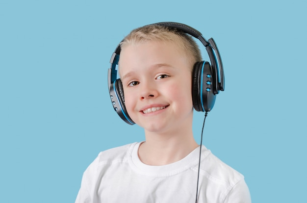 Il giovane in cuffie ascolta musica su uno spazio leggero