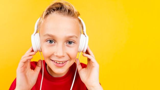 Musica d'ascolto del giovane ragazzo dello copia-spazio