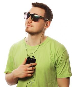 Musica d'ascolto dell'uomo e usando smartphone
