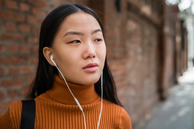 Musica d'ascolto della donna asiatica.