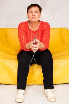 Musica d'ascolto della donna di vista frontale