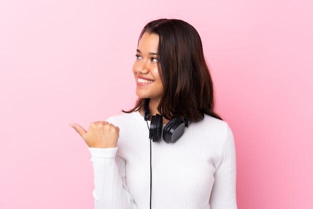 Musica d'ascolto della donna sopra la parete isolata
