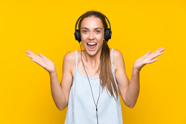 Musica d'ascolto della giovane donna con espressione facciale colpita