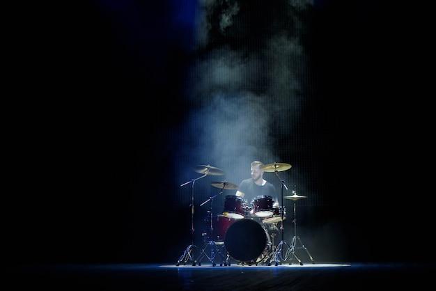 Musica, persone, strumenti musicali e concetto di intrattenimento