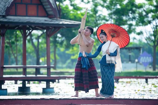Musica thailandese, donne danzanti e uomo in costume in stile nazionale: danza thailandese
