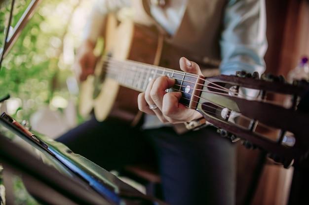 Musicista che suona la chitarra ad una festa