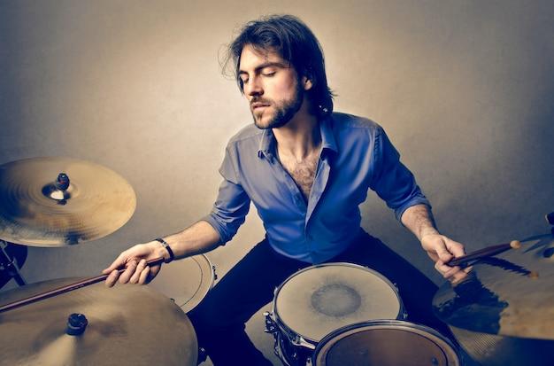 Musicista che suona un tamburo