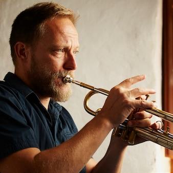 Musicista veterano che suona la tromba
