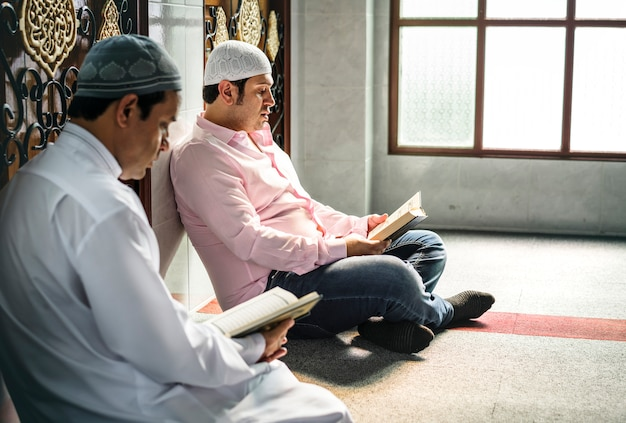 Musulmani che leggono dal corano