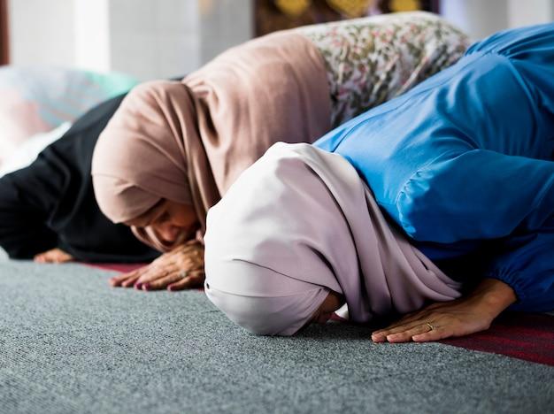 Musulmani che pregano nella posizione di sujud