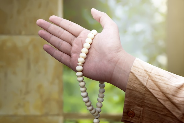 Musulmani che tengono i branelli di preghiera