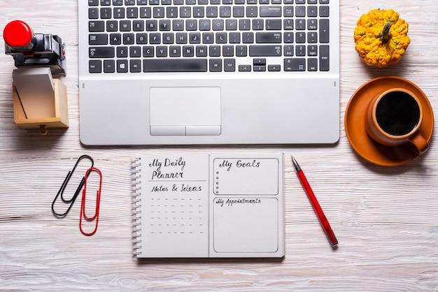 My daily planner, sulla scrivania di legno.