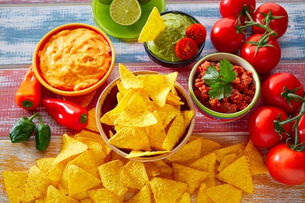Nachos cibo messicano e salsa chili guacamole