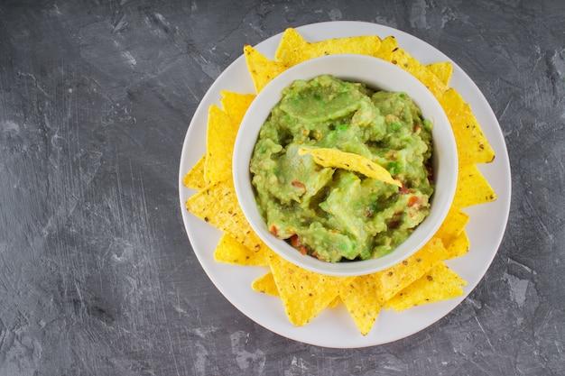 Nachos con guacamole su uno sfondo grigio