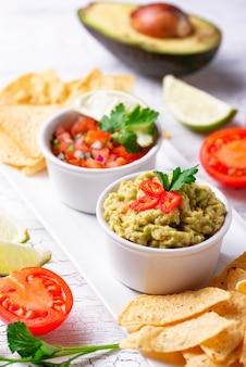 Nachos di guacamole, salsa di pomodoro e patatine