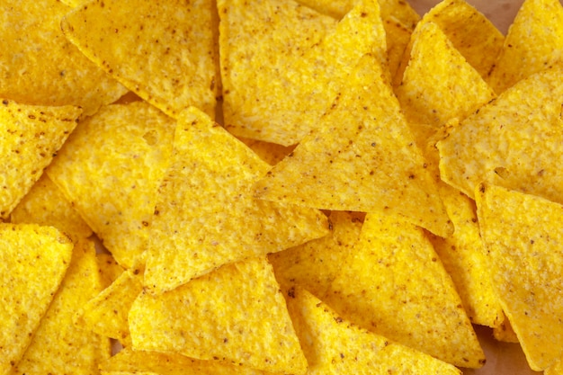 Nachos di mais su bianco