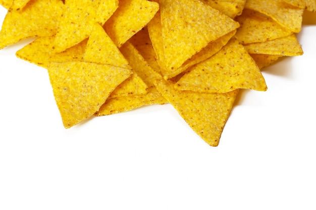 Nachos di mais su sfondo bianco