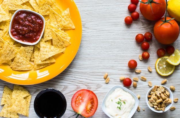 Nachos messicani patatine e ingredienti per la ricetta